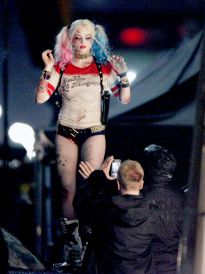 margot-robbie-at-suicide-squad-set-_7