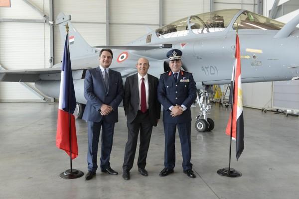 De gauche à droite : Son Excellence, M. Ehab Badawy, ambassadeur d¹Égypte en France, Eric Trappier, Président-directeur général de Dassault Aviation et le Général de l'Armée de l'air Égyptienne Ragaa Khalil. © Dassault Aviation - S. Randé