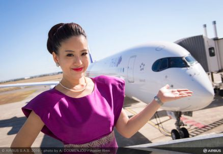 Hôtesse devant le 1er A350 Thai Airways - Airbus