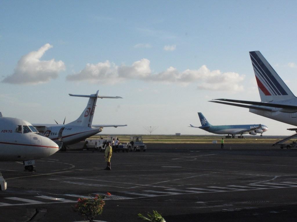 A340 au décollage avec ATR Air Tahiti et empennage vertical d'A330 Air France au premier plan