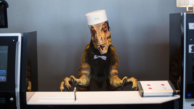 robot dinosaure hotel accueil reception