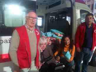 Miembros del Departamento de Servicios Sociales y Cruz Roja durante el reparto de regalos