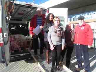 Personal de Servicios Sociales y de Cruz Roja en el reparto de regalos