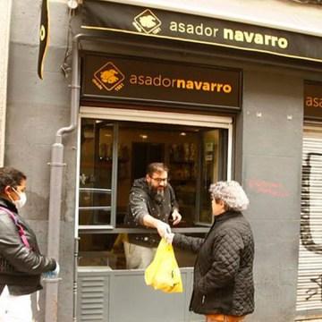 """COVID-19: pollos gratis en el centro de Madrid para la cuarentena. """"No vamos a tirar comida», afirman comerciantes"""