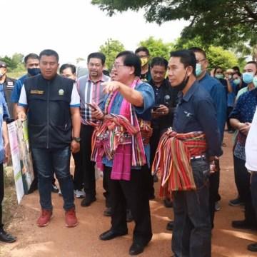 Tailandia: Viceministro de Agricultura ayuda a zonas damnificadas por fenómenos naturales con la entrega de aves de corral