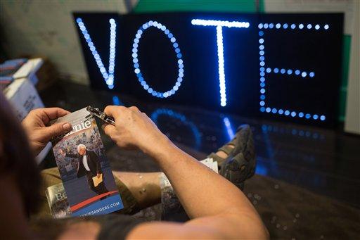 Horas antes de abrirse las urnas, un voluntario de la campaña de Bernie Sanders prepara folletos para entregarse a los partidarios de Sanders y recordarles que voten, el martes 1 de marzo de 2016 en Austin, Texas. (Foto AP/Tamir Kalifa)