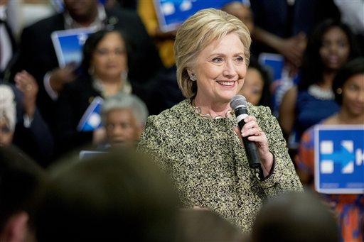 La precandidata presidencial demócrata Hillary Clinton habla en un mitin para promover la participación en el Súper Martes, en la Universidad de Arkansas, el domingo 28 de febrero de 2016. El 1 de marzo habrá elecciones en 11 estados que ayudarán a definir aún más la carrera presidencial en Estados Unidos. (Foto AP/Gareth Patterson)
