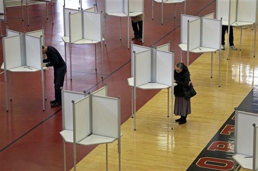Electores participan en las votaciones primarias del Supermartes, en Massachusetts, el martes 1 de marzo de 2016. Este martes hay elecciones primarias en más de una decena de estados, una jornada electoral conocida como Supermartes y que ayudará a definir aún más la carrera presidencial en EEUU. (Foto AP/Elise Amendola)