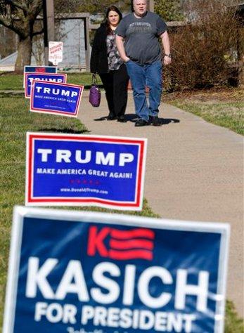 Votantes salen de un sitio de votación después de haber votado en las primarias presidenciales en Henrico, Virginia, el martes 1 de marzo de 2016. (Foto AP/Steve Helber)