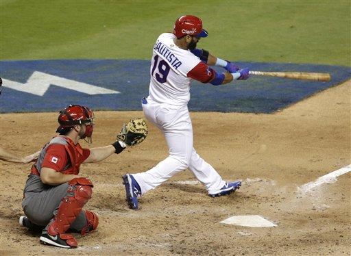 José Bautista de la República Dominicana al conectar un jonrón en el sexto inning ante Canadá en el Clásico Mundial de Béisbol, el jueves 9 de marzo de 2017. (AP Photo/Lynne Sladky)