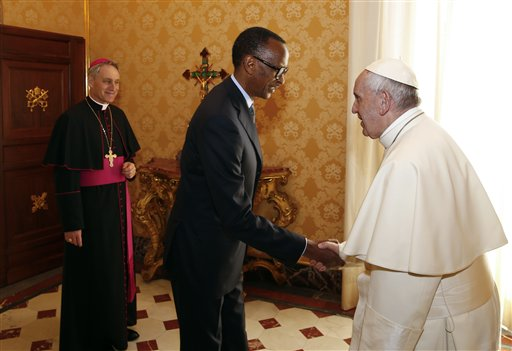 El papa Francisco recibe al presidente de Ruanda Paul Kagame en el Vaticano el 20 de marzo del 2017. (Tony Gentile/Pool photo via AP)