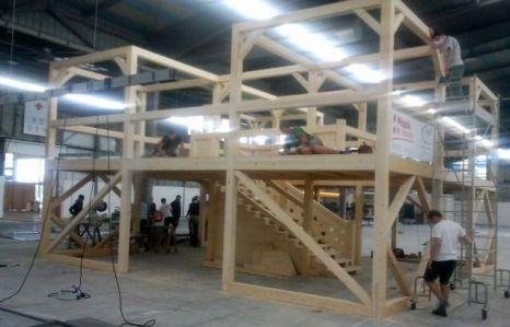 """Construction de la structure du stand de CAPEB-CNATP par les élèves du CECAM de Saint Jeoire dans le """"Hall A"""" de RochExpo"""