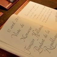 Message et signature de M. François Hollande, Président de la République, dans le Livre d'or de la Fondation. © Crédit photo : Fondation Charles de Gaulle