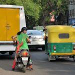 India-Mujer-en-moto-con-sari