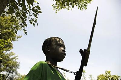 Niño abducido, criminal de guerra
