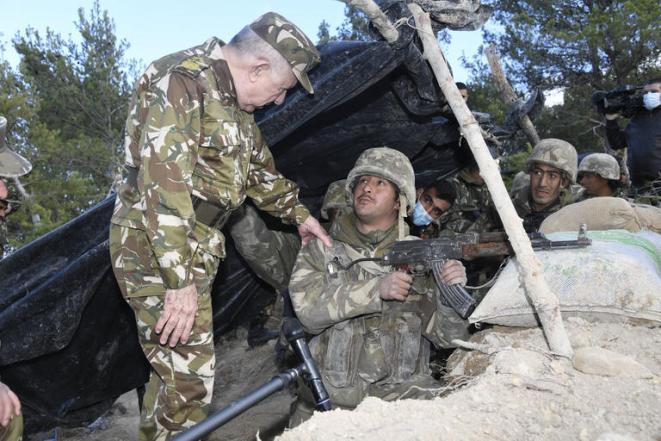 Le chef de l'armée algérienne supervise une opération militaire contre les restes de groupes terroristes