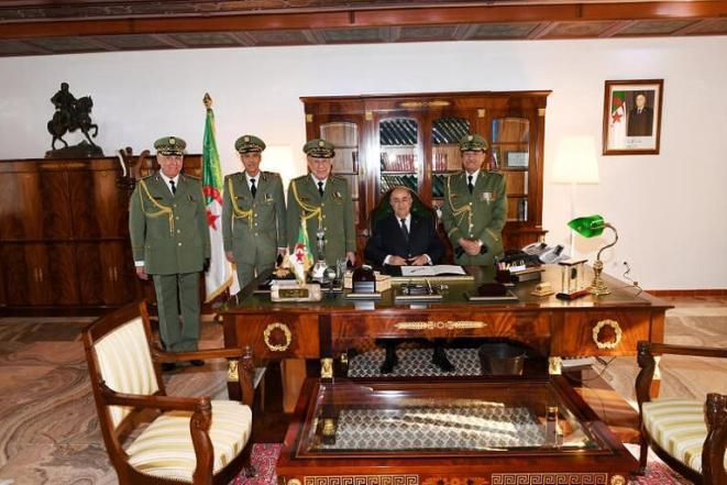Le président algérien avec de hauts commandants de l'armée - Archive