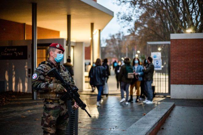 Un militaire de la mission Sentinelle devant un lycée de Perpignan (Pyrénées-Orientales), en novembre 2020, dans le cadre du plan Vigipirate.