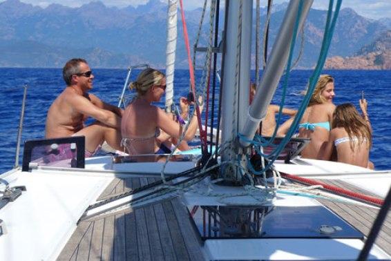 toute-le-famille-sur-le-pont-pour-un-moment-de-detente-sur-ce-voilier-de-location-avec-skipper_2966