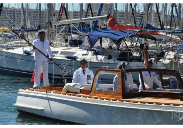 le-vice-amiral-d-escadre-yves-joly-est-arrive-par-la-mer-pour-debuter-cette-ceremonie-1468864476