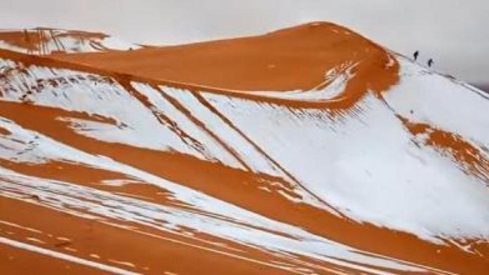 De la neige sur des dunes de sables au Sahara