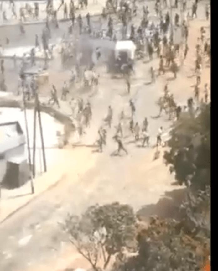 Un véhicule de police sous la furie des étudiants