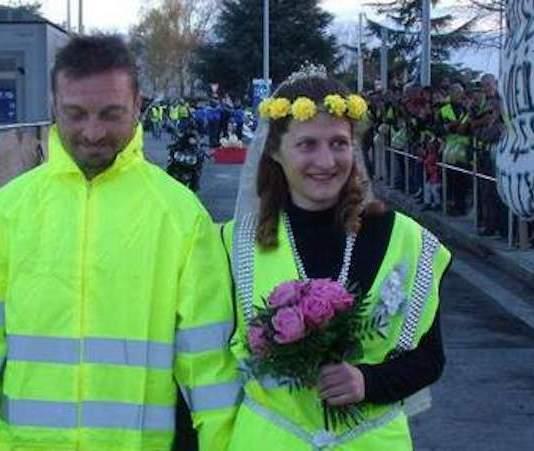 Deux gilets jaunes mariés à la faveur de la crise