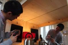 Van Bo legt selber Hand an und montiert eine Lampe (Foto: Frank Joung)