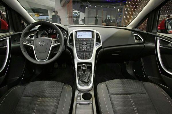 Салон нового Opel Астра - фото