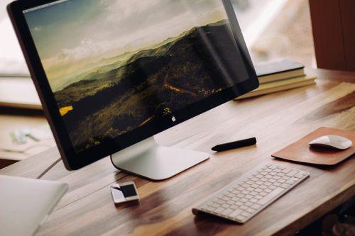 MacのデスクトップPCとマウスやキーボード達
