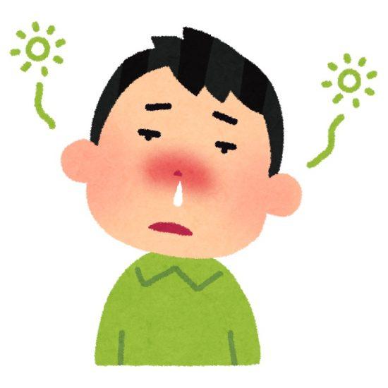 花粉症で鼻水が出て頭がボーとする男性