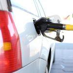 車にガソリンを給油