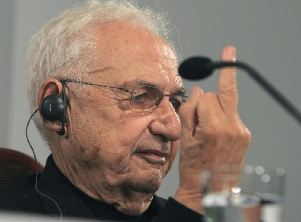 Frank Gehry flicks off reporters in Spain
