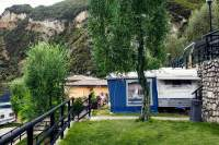 Trautes Heim: Karin aus Bergisch Gladbach liest Zeitung auf dem Campingplatz Nanzel bei Limone sul Garda.