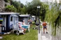 Mit seinen Nachbarn Marion, Kurt und Klaus genießt Helmut den Seeblick.