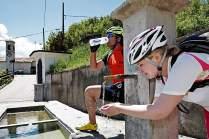 Am Dorfbrunnen in Pregasina löschen Verena Gaspar und Peter ihren Durst.