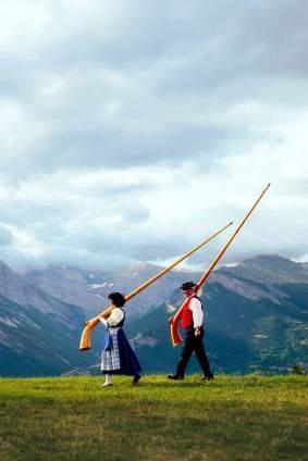 Bestens gestimmt: Zwei Teilnehmer des Alphorn-Contests auf dem Weg zur Klangprobe am Lac de Tracouet.