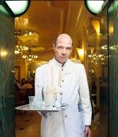 In klassischer weißer Uniform wird bei Giolitti serviert.