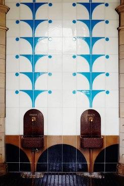 Wasserstelle: Vor der Brunnenhalle des Arkadenbaus in Bad Kissingen können sich Gäste ihr Heilwasser abfüllen.