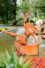 "Blickfang: Skulptur ""Die Erostische"" von Peter R. Müller im Kurpark Pfronten."