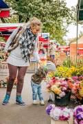Herzhaft: Ein junger Besucher des Bauernmarkts ŽiŽkov wählt Blumen für die Dame.