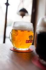 """Edelstoff aus der Bar U Tří Růží (""""Zu den drei Rosen""""), in die die Betreiber eine eigene Brauerei eingebaut haben."""