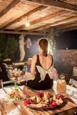 Tischdame: Die Platten mit Fingerfood im Edem-Hotel sehen genauso verführerisch aus wie die Rückenansicht dieser Freundin des Hochzeitspaares.