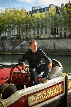 Der Kapitän mit seinem Boot Marcounet beim Rathaus.