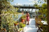 Auf Wasser gebaut: Lehrerin Parvin lebt seit 38 Jahren auf der Seine. Ihr Hausboot Johanna liegt mitten im Zentrum in der Nähe zum Musée d'Orsay.