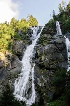 Fallbeispiel: Die gut 130 Meter hohen Wasserfälle von Nardis im Val di Genova.