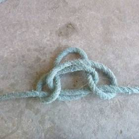 passez le reste de la corde dans les ronds