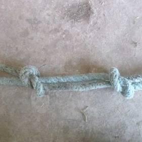 faire le même nœud à l'autre extrémité