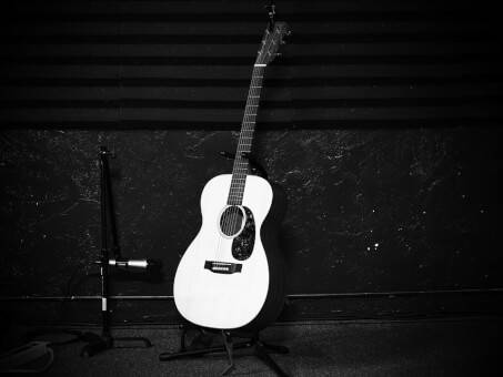the 6 best microphones for recording acoustic guitar the blogging musician. Black Bedroom Furniture Sets. Home Design Ideas