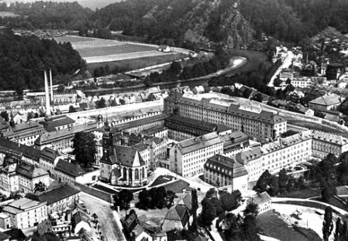 Waldheim soll das älteste Deutsche Zuchthaus sein!? Was sicher istb  da wurde die erste Forensik für Strafgefangenen  untergebracht ... 150 Frauen waren  in der Speziellen Strafvollzugsabteilung weggesperrt, auch ohne Urteil und schriftlichen Beschluss..